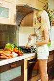 Blondynka w kuchni — Zdjęcie stockowe