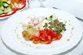 Biber, tavuk eti, üzüm, kabak çekirdeği, salatalık, mayonez — Stok fotoğraf