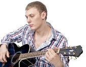 年轻英俊的男人用白上吉他 — 图库照片