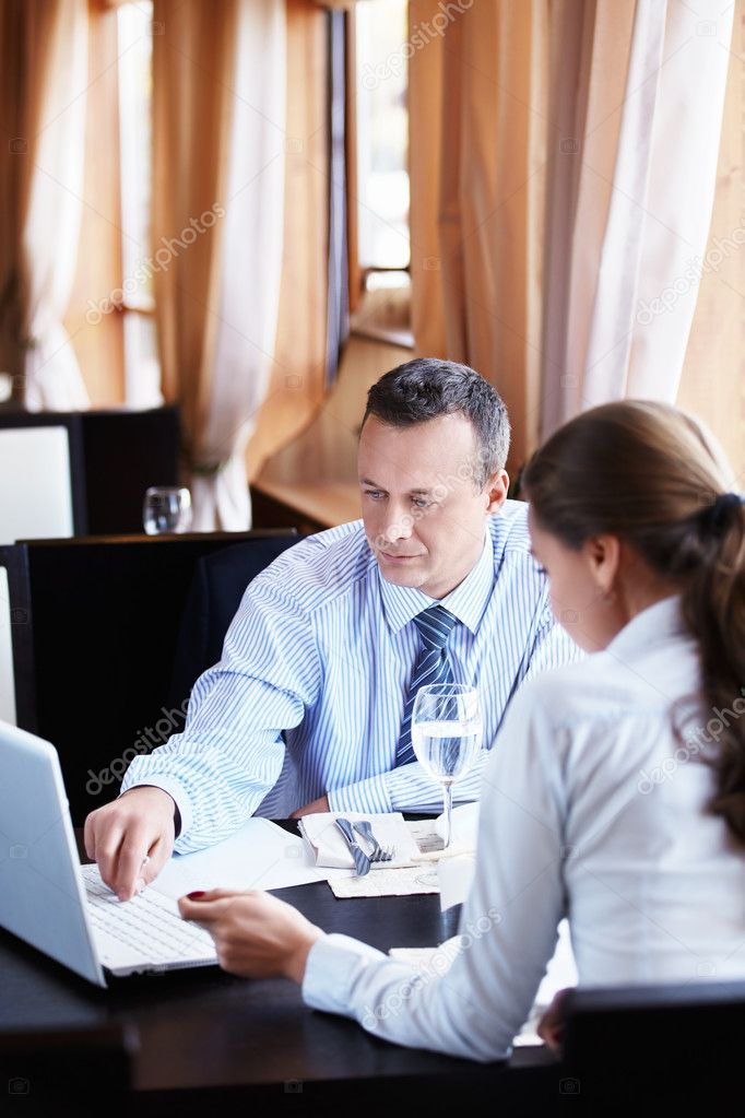 Business man shows a woman in a laptop — Stock Photo #7692470