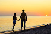Couple silhouette on the beach — Stock Photo