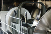 Assiettes, fourchettes, couteaux, dans le lave-vaisselle — Photo