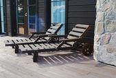 在阳台上的两个木甲板椅 — 图库照片
