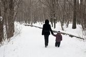 Mother and child are on the road. winter — Stock Photo