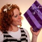 linda garota excitada com um presentes — Foto Stock