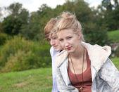 счастливая пара в парке — Стоковое фото