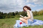 čtení mladá žena — Stock fotografie