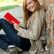 Reading young woman — Stockfoto