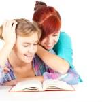 подруг, чтение книги — Стоковое фото