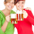 Girls friends with beer — 图库照片