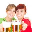 друзья девушки с пивом — Стоковое фото