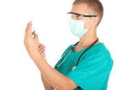 Mannelijke arts voorbereiding injectie — Stockfoto