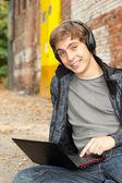 Mannelijke student met laptop — Stockfoto