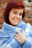 Gezellige vrouw gewikkeld in deken — Stockfoto