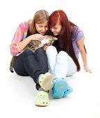 Vrouwelijke vrienden met kat — Stockfoto