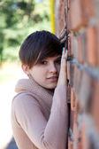 レンガの壁にもたれの女の子 — ストック写真