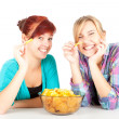 Teenager Freundinnen und chips — Stockfoto #7340621