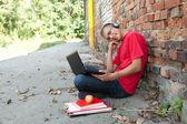 Estudante do sexo masculino com laptop — Foto Stock