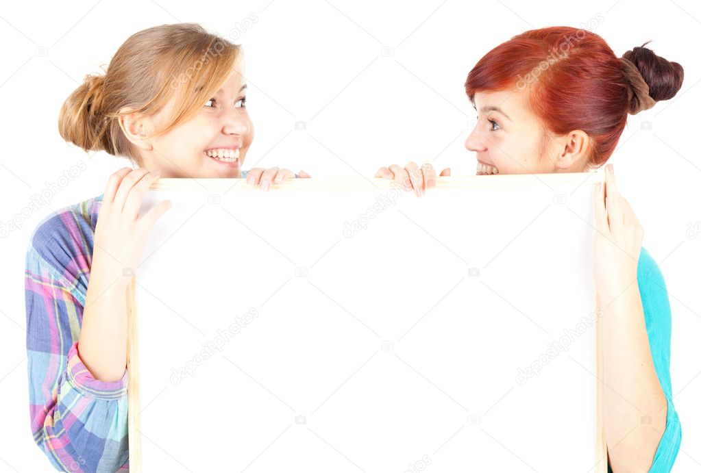 Girl friends holding blank paper, white background — ストック写真 #7340624