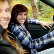 Girl friends in car — 图库照片