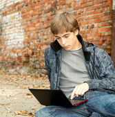 ученик с ноутбуком — Стоковое фото