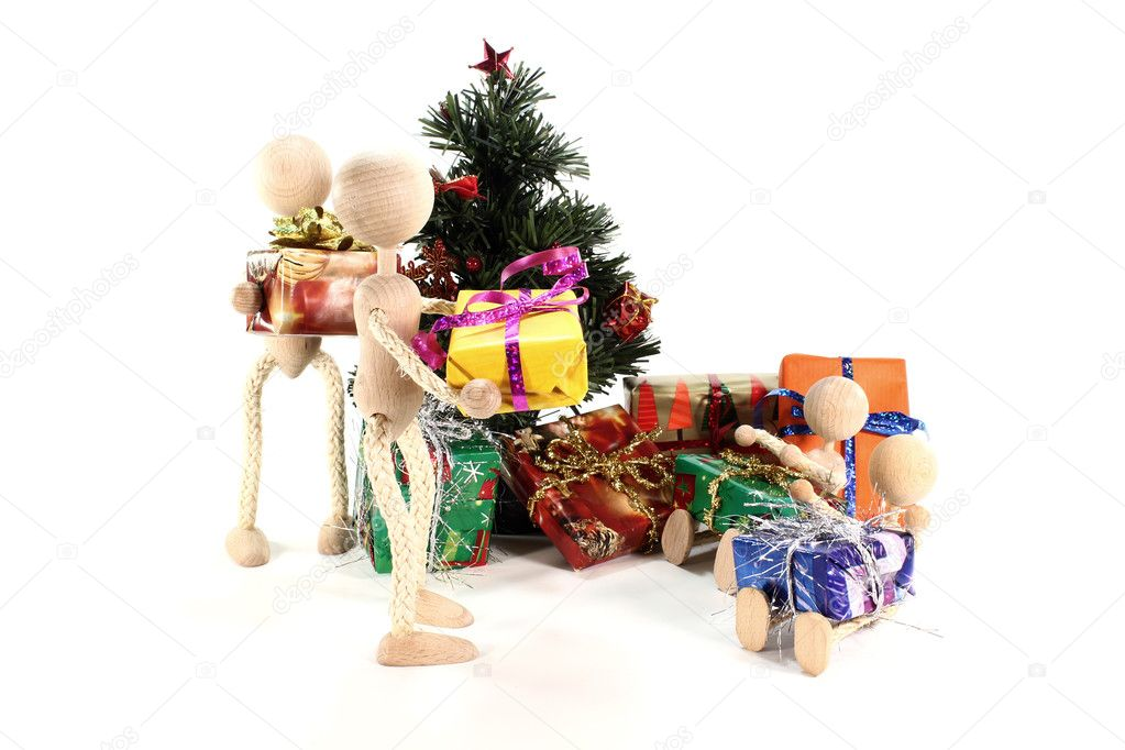 Wooden figures at the presents and Christmas tree with gifts — Stock Photo #7586416