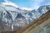 チベットの山は雪に覆われました。 — ストック写真