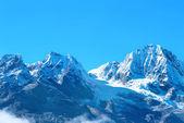 高い山は、雪で覆われて. — ストック写真