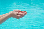 人类用水的手 — 图库照片
