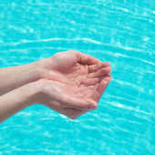 Manos humanas con agua — Foto de Stock