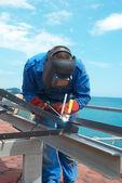 Soldador trabajando con la construcción del metal — Foto de Stock