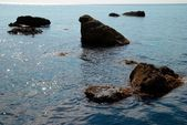 Sea landscape with rocks and water surfañe. — Stock Photo