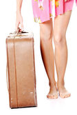 Pernas de mulher caucasiano com nécessaire — Foto Stock