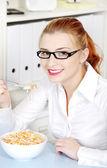 Onun diyet yemek yeme youngbusineswoman. — Stok fotoğraf