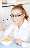 Youngbusineswoman, die ihre ernährung essen. — Stockfoto