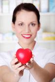 Detailní záběr na srdce v rukou lékárníka. — Stock fotografie