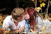 接吻情侣躺在草地上. — 图库照片