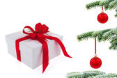 Weihnachtsbaum über geschenk mit roter schleife — Stockfoto
