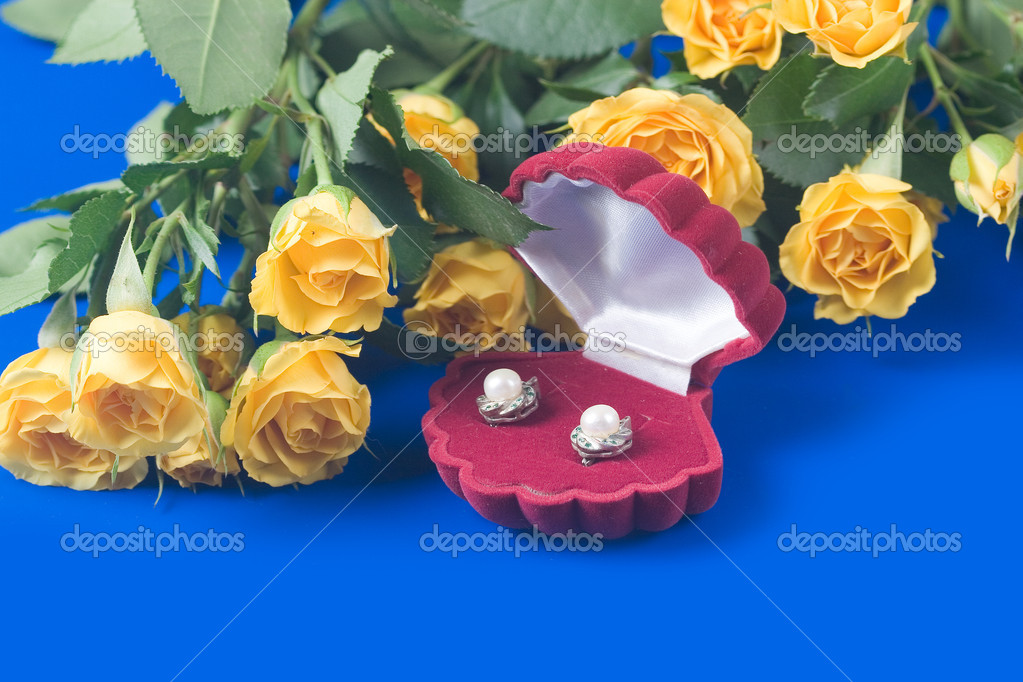 Beautiful yellow roses and box with a gift  on a blue background — Stock Photo #6845428