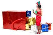 Mulher negra, abrindo um enfeite de natal — Foto Stock