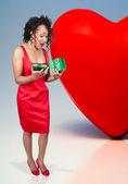 Mulher negra, abrindo um presente de dia dos namorados — Foto Stock