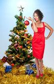 Mulher negra, segurando um enfeite de natal — Foto Stock