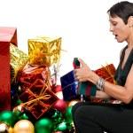 mujer sosteniendo un ornamento de la Navidad — Foto de Stock