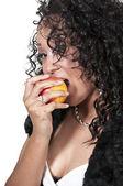 リンゴを食べる女性 — ストック写真