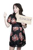 Enganche mujer senderismo a un concierto — Foto de Stock