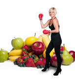 Kadın boksör ve çeşitli meyve — Stok fotoğraf