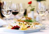 Diversos aperitivos para el vino en la mesa del banquete — Foto de Stock