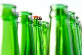 Cou avec une reprise de bouteilles de bière ouverte — Photo
