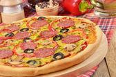 Pizza en la mesa — Foto de Stock