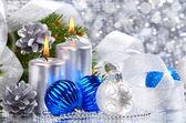 蓝色圣诞球和银蜡烛 — 图库照片